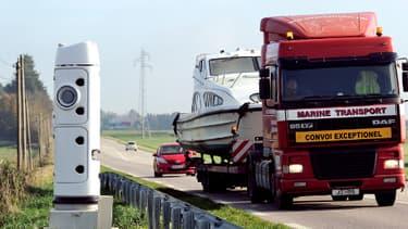 Un camion passe devant une borne écotaxe, à Lisieux, en novembre dernier.