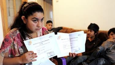 """La jeune Leonarda, """"éloignée"""" de France à MItrovica au Kosovo, montre ses certificats d'aptitude à parler le français, le 16 octobre."""
