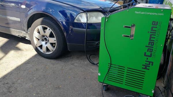 Notre Passat voiture de test, branchée sur l'appareil qui pilotera les accélérations.
