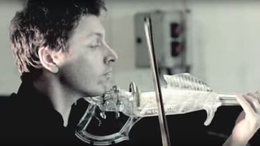 Le violon a été réalisé en résine transparente.