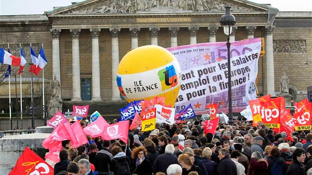 Manifestation contre l'austérité devant l'Assemblée nationale, à Paris. Les Français se sont peu mobilisés mardi contre le plan d'austérité du gouvernement, conformément à ce que craignaient les syndicats. /Photo prise le 13 décembre 2011/ REUTERS/Charles