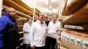 François Hollande lors de sa visite jeudi matin au marché international des produits frais de Rungis, près de Paris. L'exécutif français met en scène sa mobilisation en cette période de fêtes marquée par la crise économique et son cortège de mauvais chiff
