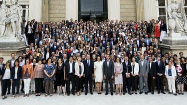 Les 308 députés, membres de La République En Marche (LREM) posent avec Richard Ferrand, le nouveau président du groupe à l'Assemblée, le 24 juin 2017