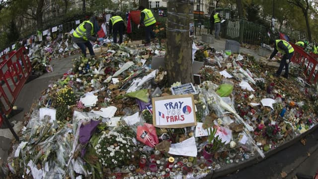 Des gerbes de fleur en mémoire aux victimes des attentats du 13 novembre à Paris