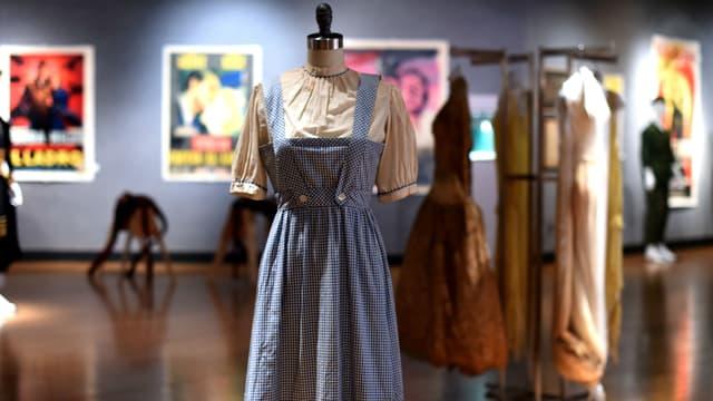 """La robe portée par Judy Garland dans """"Le Magicien d'Oz"""" en 1939."""