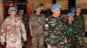 """Le colonel marocain Ahmed Himmiche (au centre) qui dirige les premiers observateurs de l'Onu en Syrie, quitte un hôtel de Damas avec quelques membres de son équipe. Des militants de l'opposition ont accusé mercredi l'Onu de """"jouer avec les vies syriennes"""""""