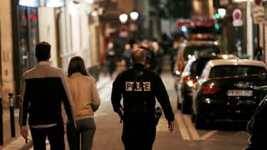 Un policier marche dans les rues du IIe arrondissement de Paris après une attaque au couteau, le 12 mai 2018