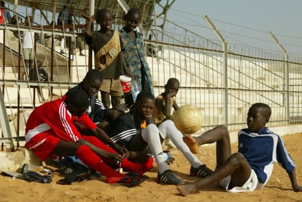 Idrissa Gueye (en bas à droite, qui jongle) lorsqu'il évoluait à l'institut Diambars