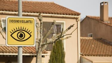 Un panneau Voisins Vigilants, installé dans un quartier.