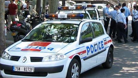 Une voiture de police, près du supermarché casher attaqué à Sarcelles (Val d'Oise)