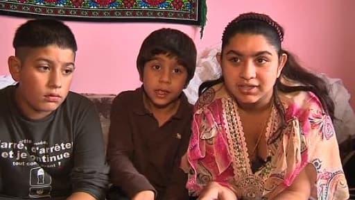 Leonarda et deux de ses frères, au Kosovo. La jeune fille a été expulsée avec sa famille le 9 octobre 2013.