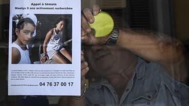 Un barman accroche l'appel à témoins pour retrouver la petite Maëlys, le 28 août 2017 à Pont-de-Beauvoisin.