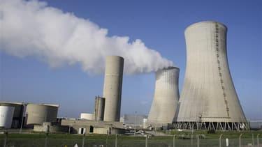 Vue de la centrale nucléaire du Tricastin. Nicolas Sarkozy a décidé de prolonger la durée de vie des centrales nucléaires françaises au-delà de 40 ans pour permettre à l'économie de disposer d'une énergie bon marché, a annoncé dimanche le ministre de l'In