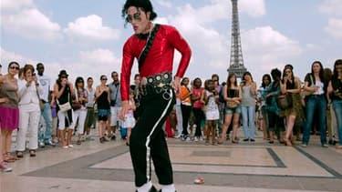 Plusieurs dizaines de personnes ont participé samedi à un hommage à Michael Jackson, sous la Tour Eiffel, un an après la mort de la star américaine. /Photo prise le 26 juin 2010/REUTERS/Gonzalo Fuentes