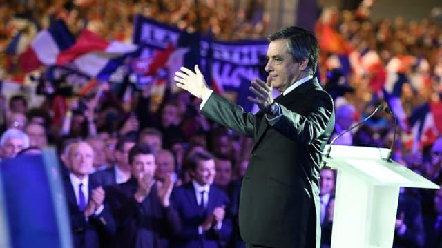 """François Fillon, candidat de la droite à la présidentielle,  promet d'augmenter """"les petites retraites"""" et de faire baisser le taux de chômage """"en dessous de 7%"""" à l'horizon 2022."""