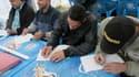 Des réfugiés qui apprennent le Français avec des volontaires de l'association Catholic Relief Services.