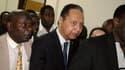 L'ancien président Jean-Claude Duvalier (au centre) a été officiellement inculpé mardi par la justice de son pays de corruption, vol et détournement de fonds pendant ses années au pouvoir (1971-1986) à Haïti. /Photo prise le 18 janvier 2011/REUTERS/St-Fel
