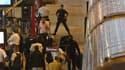 Des policiers veillent aux abords d'un train dans lequel le GIPN est intervenu pour libérer une femme prise en otage par un homme armé de deux sabres, mercredi soir, en gare de Bordeaux.