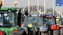 Quelque 10.000 céréaliers, certains juchés sur plus d'un millier de tracteurs, sont arrivés sur les grands axes parisiens pour manifester leur angoisse devant la chute de leurs revenus. /Photo prise le 27 avril 2010/REUTERS/Pascal Rossignol