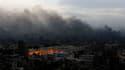 Colonne de fumée au-dessus du Caire. Le quartier général du Parti national démocrate (PND, au pouvoir) était en feu vendredi en début de soirée au Caire peu après l'entrée en vigueur du couvre-feu. /Photo prise le 28 janvier 2011/REUTERS/Yannis Behrakis