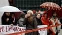 Les manifestants se rassemblent devant le parlement à Athènes avant un nouveau défilé contre la cure d'austérité infligée à la Grèce en contrepartie d'un nouveau plan de sauvetage de 130 milliards d'euros. /Photo prise le 22 février 2012/REUTERS/Yiorgos K