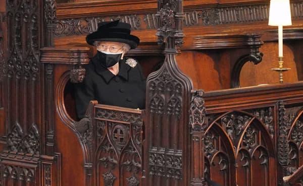 La reine Elizabeth II à l'intérieur de la chapelle Saint-George pour les obsèques de son mari, le 17 avril 2021