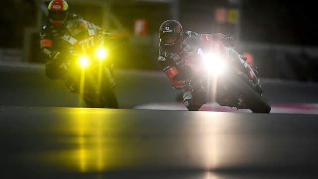 la Suzuki N.1 de l'équipe Yoshimura-Sert-Motul, partie en pole, en tête de la 84e édition du Bol d'Or, sur le circuit du Castellet (Var) à la nuit tombée samedi 18 septembre 2021