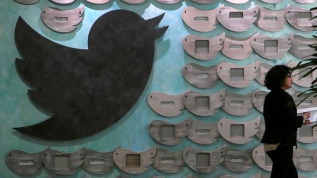 Twitter, qui déçoit les investisseurs en raison de sa croissance moindre par rapport aux autres réseaux sociaux, tente de trouver un modèle économique.