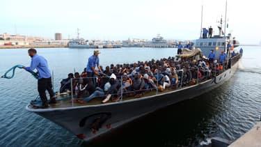 Des migrants récupérés par les garde-côtes libyens arrivent à la base navale de Tripoli, le 26 mai 2017.