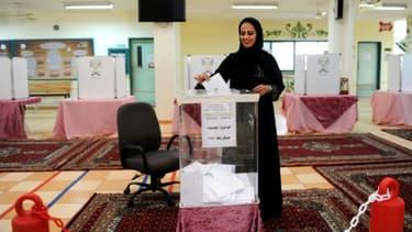 Une Saoudienne dépose son bulletin dans l'urne dans un bureau de vote à Jeddah, le 12 décembre 2015.