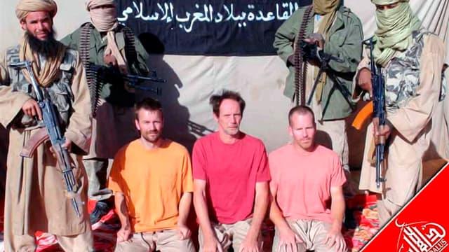 Trois des cinq otages d'Aqmi au Mali. Al Qaïda au Maghreb islamique (Aqmi) a diffusé mardi sur un site internet islamiste les photos de cinq otages européens, dont deux Français, enlevés au Mali en novembre. /Photo diffusée le 13 décembre 2011/REUTERS/Age