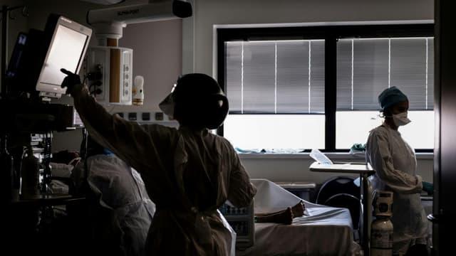 Un malade du Covid-19 est soigné dans l'unité de soins intensifs de l'hôpital de la Croix-Rousse à Lyon, en France, le 15 septembre 2020