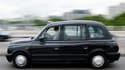 Les chauffeurs de taxi londoniens, considérés comme les plus sympathiques et les plus avisés, sont les meilleurs au monde, selon un sondage qui décerne à leurs collègues parisiens et new-yorkais la palme de la grossièreté. /Photo d'archives/REUTERS/Stephe
