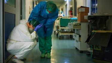 Une infirmière en conforte une autre, dans un hôpital du Nord de l'Italie, le 13 mars 2020.