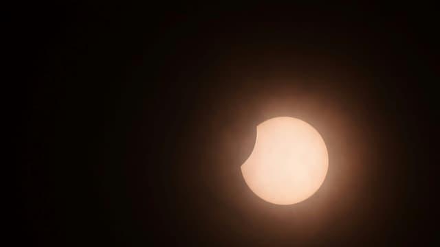 La Lune cache partiellement le Soleil, lors d'une éclipse annulaire, au moment du solstice d'été, observée le 21 juin 2020 à Colombo, la capitale du Sri Lanka (photo d'illustration)