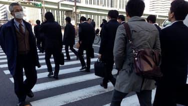 Au Japon le travail tue, à tel point que le gouvernement et les entreprises tentent d'alléger les journées des salariés.