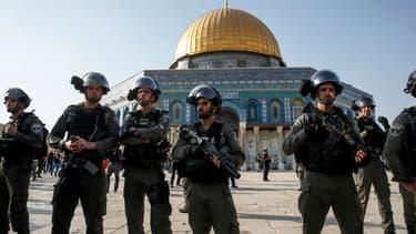 Des policiers israéliens sur l'esplanade des mosquées, le 27 juillet 2017.