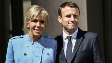 Le président de la République pose avec sa femme, Brigitte Macron, à l'Elysée avant la cérémonie d'investiture, le 14 mai 2017 à Paris.