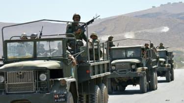 Des soldats libanais à la sortie de la ville d'Aarsal, le 5 août 2014, près de la frontière syrienne