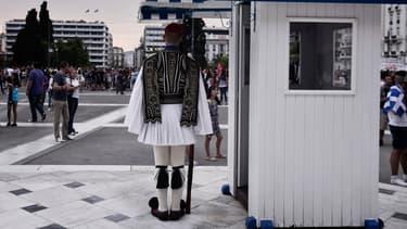 Un garde devant le Palais présidentiel grec.