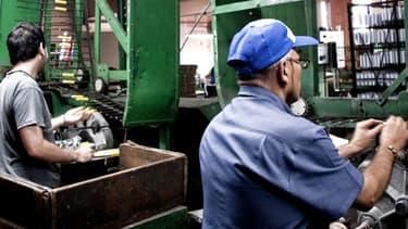 Les salaires ont légèrement progressé dans l'industrie mais sont en chute dans les autres secteurs.