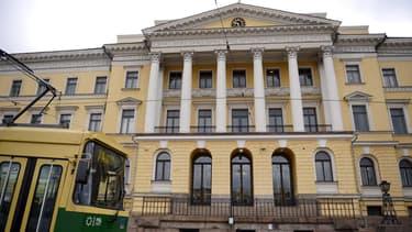 Devant le palais du gouvernement, à Helsinki.
