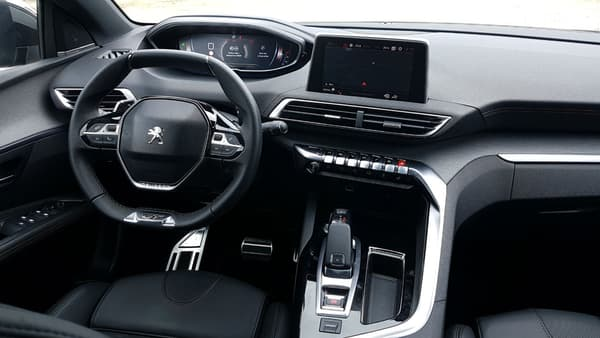 L'intérieur offre une nouvelle interprétation du i-cockpit de Peugeot