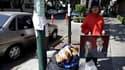 Estibalis Chavez, une Mexicaine de 19 ans, observe une grève de la faim devant l'ambassade de Grande-Bretagne à Mexico, dans l'espoir d'obtenir une invitation au mariage du prince William et de Kate Middleton en avril prochain à Londres. /Photo prise le 1