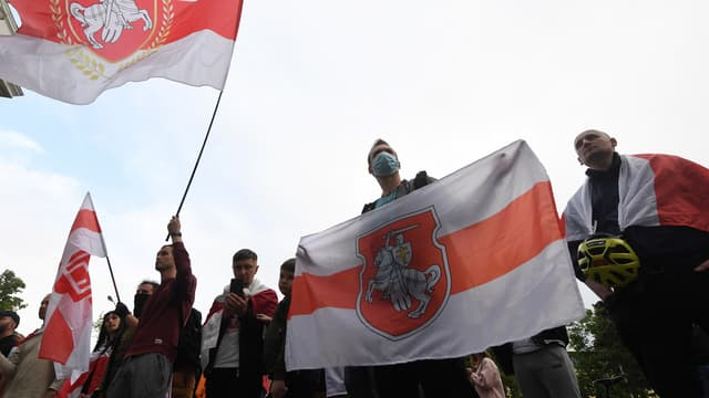 Le drapeau du Bélarus porté par des manifestants.