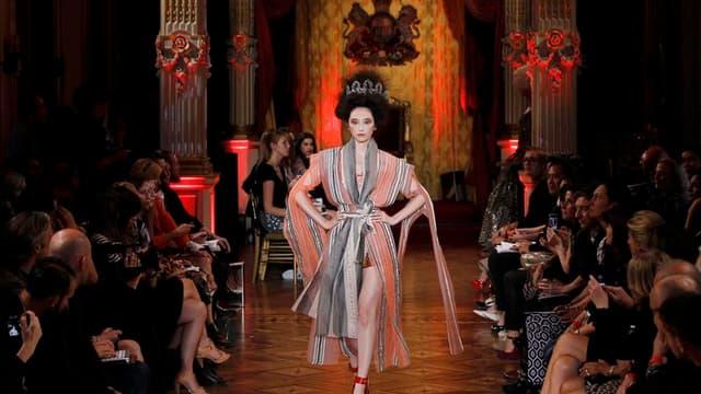 Vivienne Westwood reste fidèle à ses inspirations multiples : le tribal, le grand siècle, l'Afrique ou l'Asie. Au cinquième jour des collections de prêt-à-porter printemps-été 2013, la griffe présentait sa collection dans les salons dorés de l'ambassade d