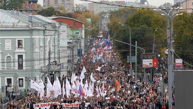 """Plusieurs milliers de manifestants ont commencé à défiler samedi dans les rues de Moscou avec pour mot d'ordre """"La Russie sans Poutine"""", un rassemblement considéré comme un test de la capacité de l'opposition à rassembler les opposants au président russe."""