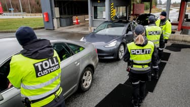 Des policiers norvégiens à la frontière avec la Suède, à Svinesund, le 16 mars 2020 (PHOTO D'ILLUSTRATION).