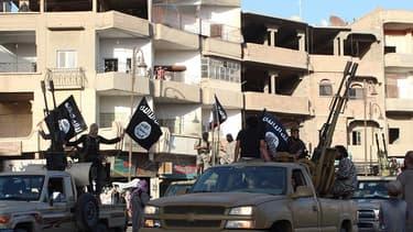 Des jihadistes de l'organisation Etat Islamique paradent dans les rues de Raqqa.