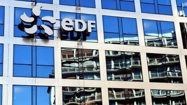 Le logo EDF sur une façade le 15 février 2019 à Paris